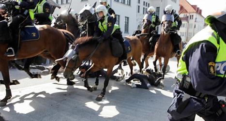 Poliser på häst red rakt in bland demonstranterna i Malmö.  Flera människor skadades. Foto: Drago Prulovic/TT.
