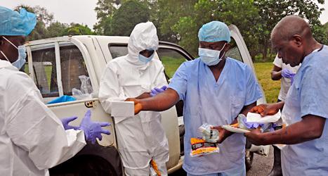 Sjukvårdare arbetar med att hjälpa dem som fått sjukdomen ebola. Foto.Abbas Dulleh/TT.