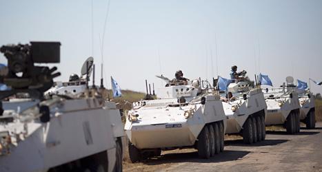FN-arbetare vaktar gränsen mellan Israel och Syrien. Foto: Ariel Schalit/TT.