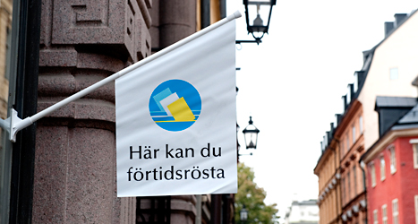 Utanför lokalerna där det går att förtidsrösta hänger en sådan här flagga. Foto: Pontus Lundahl/TT