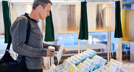 Staffan Gottberg från Visby passade på att rösta när han var i Stockholm på onsdagen. Foto: TT