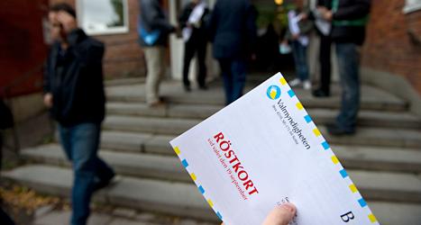 De som har rätt att rösta får hem ett röstkort innan valet. Foto: TT