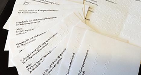 Så här ser kuverten med blindskrift ut. I kuverten ligger valsedlar för olika partier. Foto: SRF