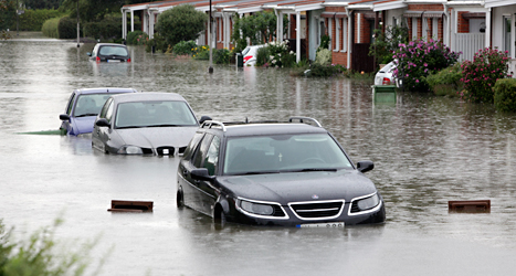 Bilar blev fast i vattnet på gatorna i Malmö i helgen. Foto: Stig-Åke Jönsson/TT.