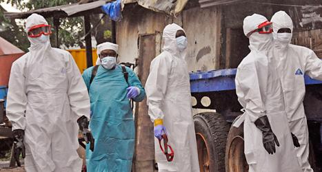 Sjukvårdare har skyddsdräkter för att inte smittas av ebola. Foto: Abbas Dulleh/TT.