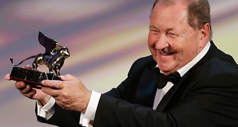Filmaren Roy Andersson tar emot sitt pris. Foto: David Azia/TT.