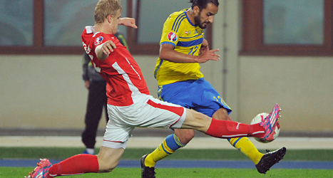 Erkan Zengin i kamp med en österrikisk spelare. Foto: Hans Punz /TT