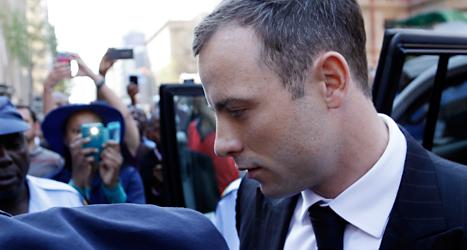 Oscar Pistorius utanför domstolen i Pretoria i Sydafrika.