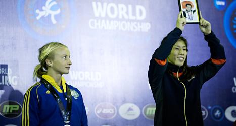 Sofia Mattsson och Saori Yoshida på prispallen. Foto:  Björn Larsson Rosvall/TT.