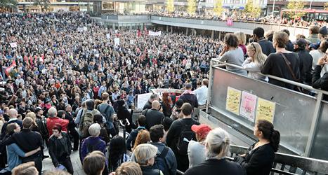 Människor demonstrerade mot rasism. Foto: Fredrik Sandberg/TT.