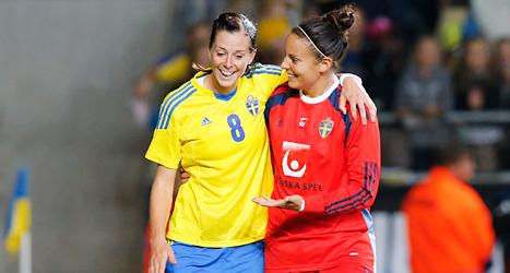 Lotta Schelin och målvakten Carola Söberg klappar om varandra efter segern mot Skottland. Foto: Adam Ihse/TT
