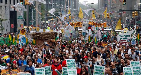 Fler än 300 tusen människor demonstrerade i New York i USA. Foto: Jason Crow/TT.