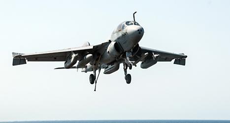 Ett stridsplan från USA landar efter en attack mot terroristerna i Syrien. Foto: Brian Stephens/TT.