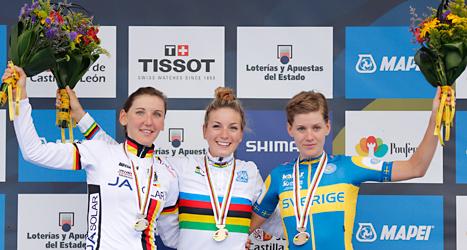 Emma Johansson tog brons i VM. Hon står längst till höger på bilden. Foto: Daniel Ochoa de Olza/TT.