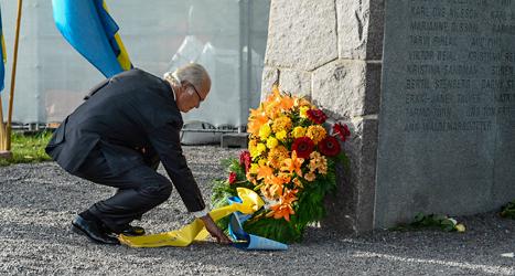 Kungen lägger ner en krans för att hedra dem som dog när Estonia sjönk. Foto: Claudio Bresciani/TT.