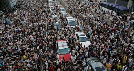 Tusentals människor demonstrerar i Hongkong. Foto: Vincent Yu/TT