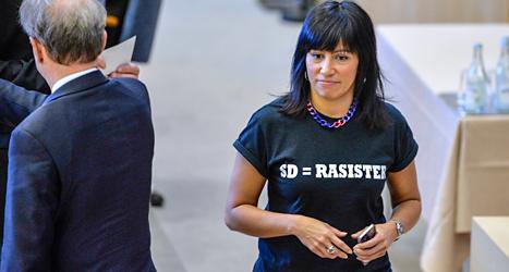 Rossana Dinamarca hade på sig en tröja med en protest mot Sverigedemokraterna. Hon tycker att partiet är rasistiskt. Foto: Henrik Montgomery/TT.