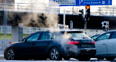 Bilar släpper ut mycket koldioxid som skadar naturen. Foto: Pontus Lundahl/TT.