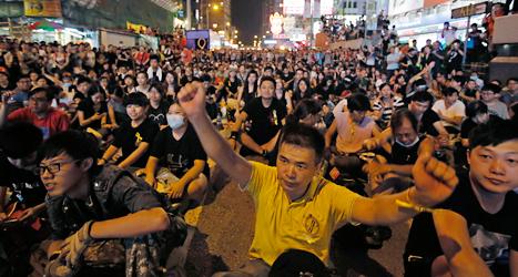 Människor demonstrerar för demokrati och fria val i Hongkong. Foto:  Vincent Yu/TT.