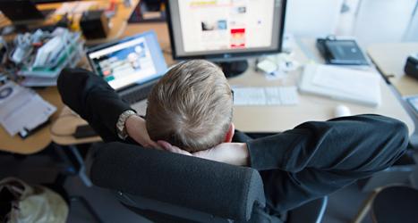 En man tar det lugnt på jobbet. Foto: TT