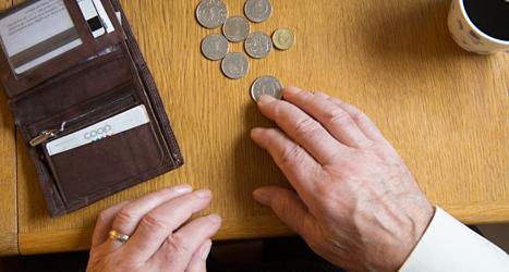 Många pensionärer har svårt att få pengarna att räcka till. Foto: TT