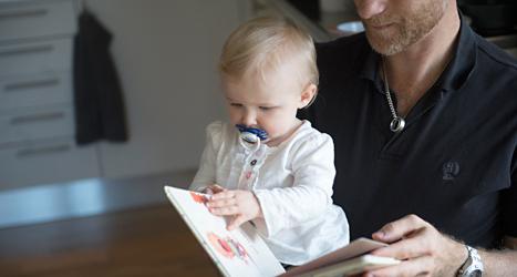 Vem ska vara hemma när barnen är små? Det har blivit en viktig fråga i valet. Foto: TT