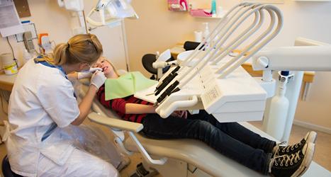 En flicka är hos tandläkaren. Foto: TT