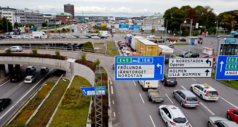 För att det ska bli mindre bilar i centrum av Göteborg måste alla som kör där betala en extra skatt. Foto: TT