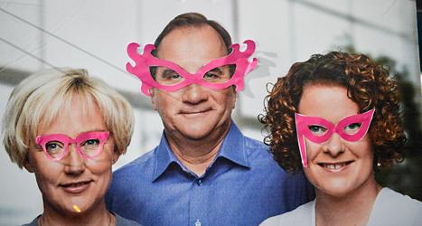 Feminister har satt rosa glasögon på Socialdemokraternas affisch. Foto: TT