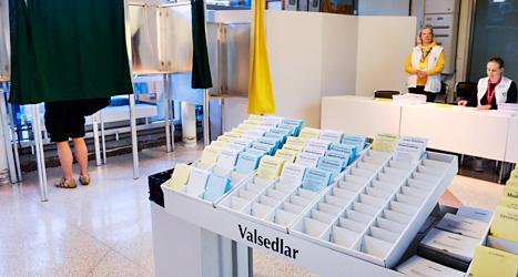 Just nu röstar människor i hela Sverige. Det är jämt mellan grupperna av partier. Foto: TT