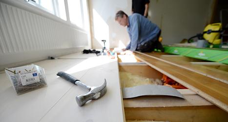 En snickare lägger ett nytt golv i ett hus. Gör vi om för mycket hemma? undrar Jonna. Foto: TT