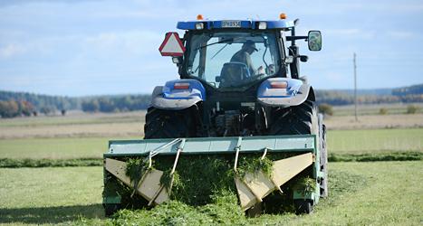 En bonde kör i sin traktor. Foto: TT