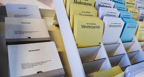Kuvert och valsedlar som används för att rösta. Foto: TT