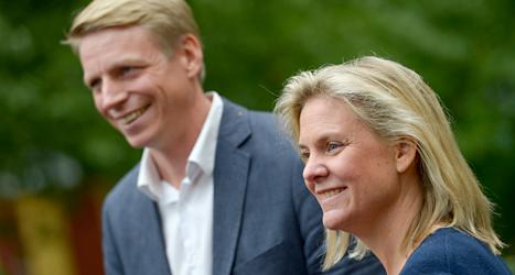 Per Bolund, Miljöpartiet, och Magdalena Andersson, Socialdemokraterna, pratar om hur Sveriges pengar ska användas. Foto: TT