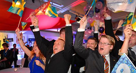 Sverigedemokrater i Stockholm jublar över siffrorna i valet. Foto: Anders Wiklund /TT