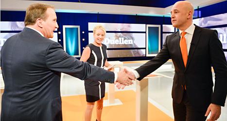 Stefan Löfven och Fredrik Reinfeldt skakar hand efter debatten i tv. Foto: Henrik montgomery/TT.