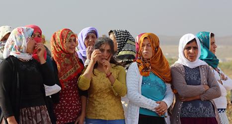 Flyktingar från Syrien väntar på att få komma in i grannlandet Turkiet. Foto: Burhan Ozbilici/TT