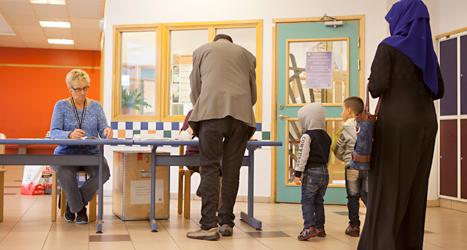 Människor i området Rosengård i Malmö röstar. Foto: TT