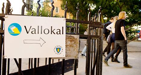 Vallokalerna är öppna till 20.00. Här är några väljare på väg till en skola på Södermalm i Stockholm. Foto: Jessica Gow/TT