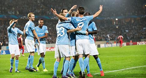 Spelarna i Malmö FF kramar om varandra efter segern mot Olympiakos från Grekland. Foto: Andreas Hillergren/TT.