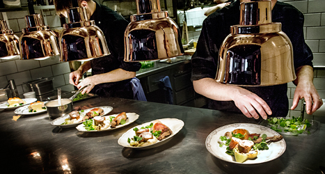 Partierna vill behålla den låga skatten på mat på restauranger. Foto: Tomas Oneborg/SVD/TT