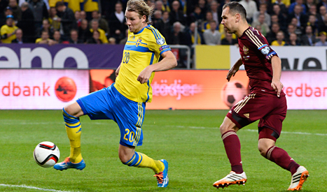 Ola Toivonen skjuter mål i matchen mot Ryssland. Foto: Claudio Bresciani/TT.