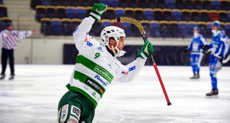 Jonas Nilsson i Västerås jublar efter mål i matchen mot Vänersborg. Foto: Ulf Palm/TT.