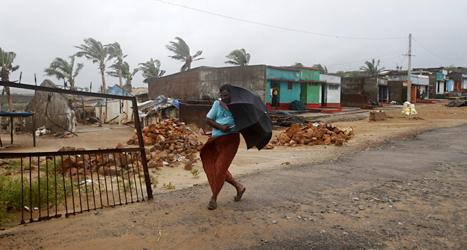 Flera hundra tusen människor har flytt undan ovädret i Indien. Foto: Biswaranjan Rout/TT