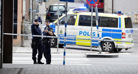 Två poliser vid växlingskontoret som rånades i Stockholm. Foto: Jessica Gow/TT.