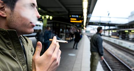 Rökning kan förbjudas på fler platser. Foto: Pontus Lundahl/TT.