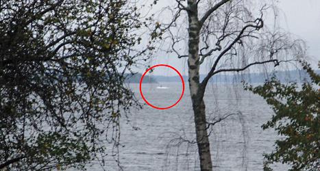Militärerna tror att det som syns på bilden kan vara en utländsk ubåt. Foto: TT