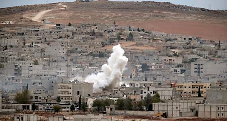 En bomb sprängs i staden Kobane i Syrien. Foto: Lefteris Pitarakis/TT.