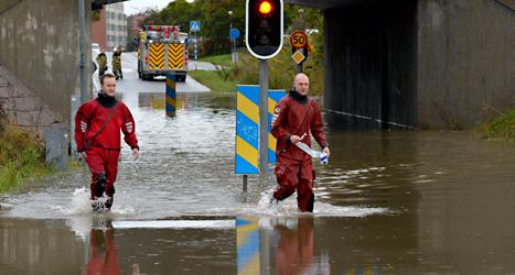 Regnet vräkte ner i Malmö i helgen. På bilden ser du räddningsarbetare på en översvämmad väg i Burlöv. Foto: Johan Nilsson/TT.