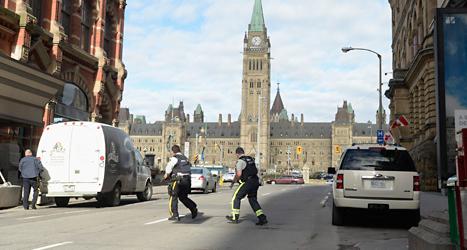 Poliser i staden Ottawa vaktar efter onsdagens skjutning. Foto: Adrian Wyld/TT.